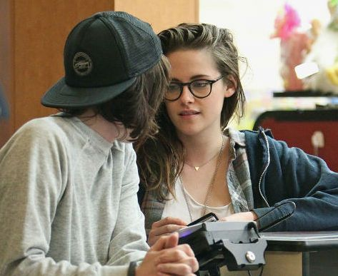 screen-shot-2015-01-13-at-2-19-24-pm-kristen-stewart-girlfriend-the-body-language-behind-the-happiness-png-221124